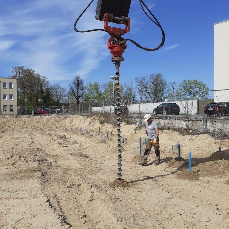 Sondierungsbohrungen mit eingebrachten Verrohrungen zum Ablassen einer Sonde vor Beginn der Erstellung einer Baugrube