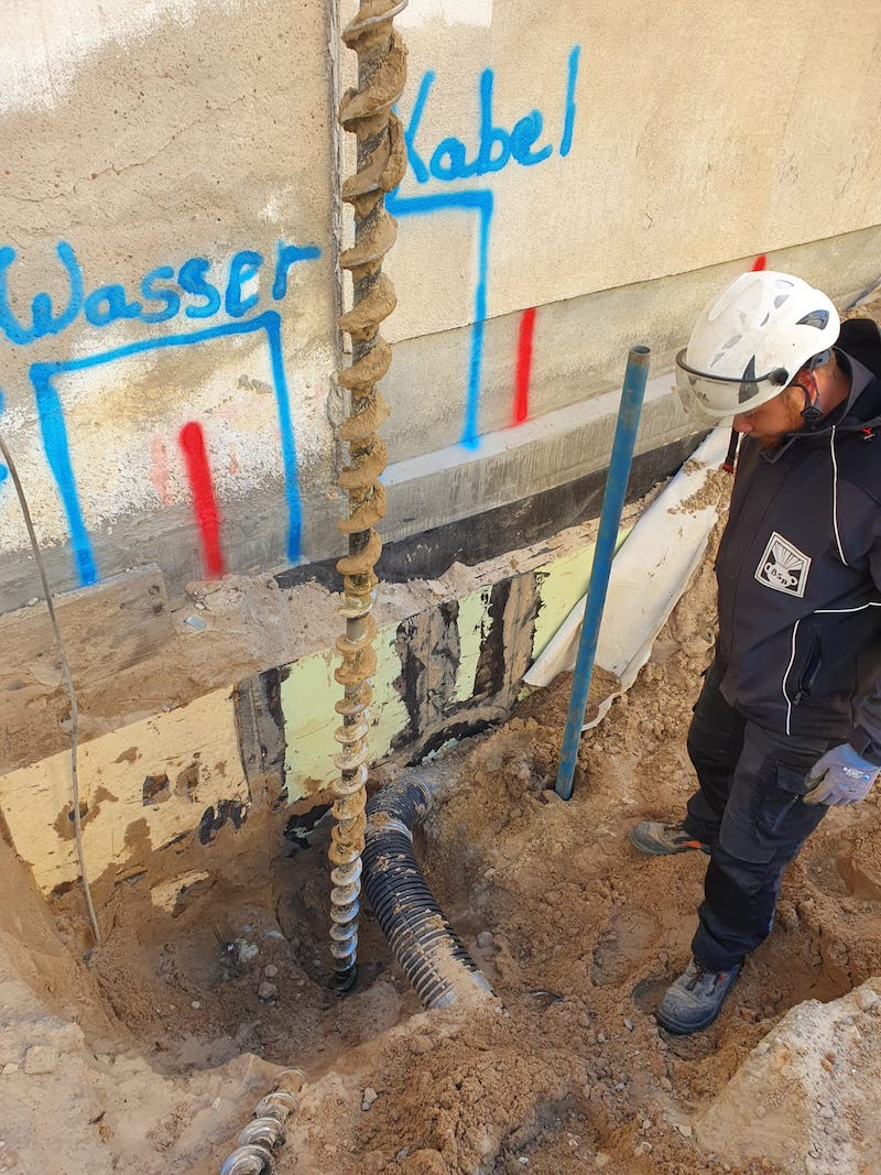 Sondierungsbohrung unter schwierigsten Umständen zwischen Rohren und Kabeln